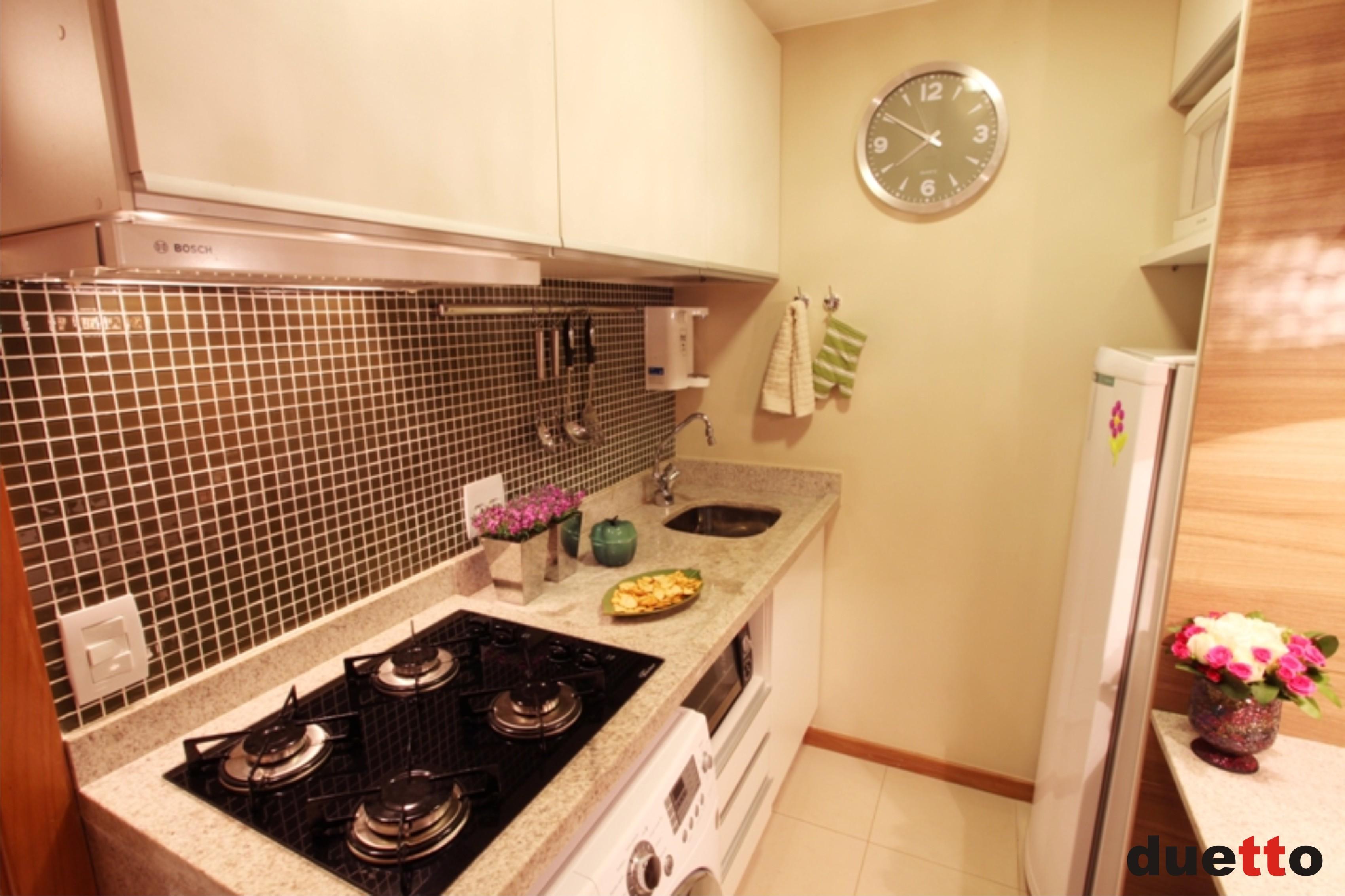 As pastilhas de vidro destacam as paredes da cozinha proporcionando  #B76B14 3400 2266