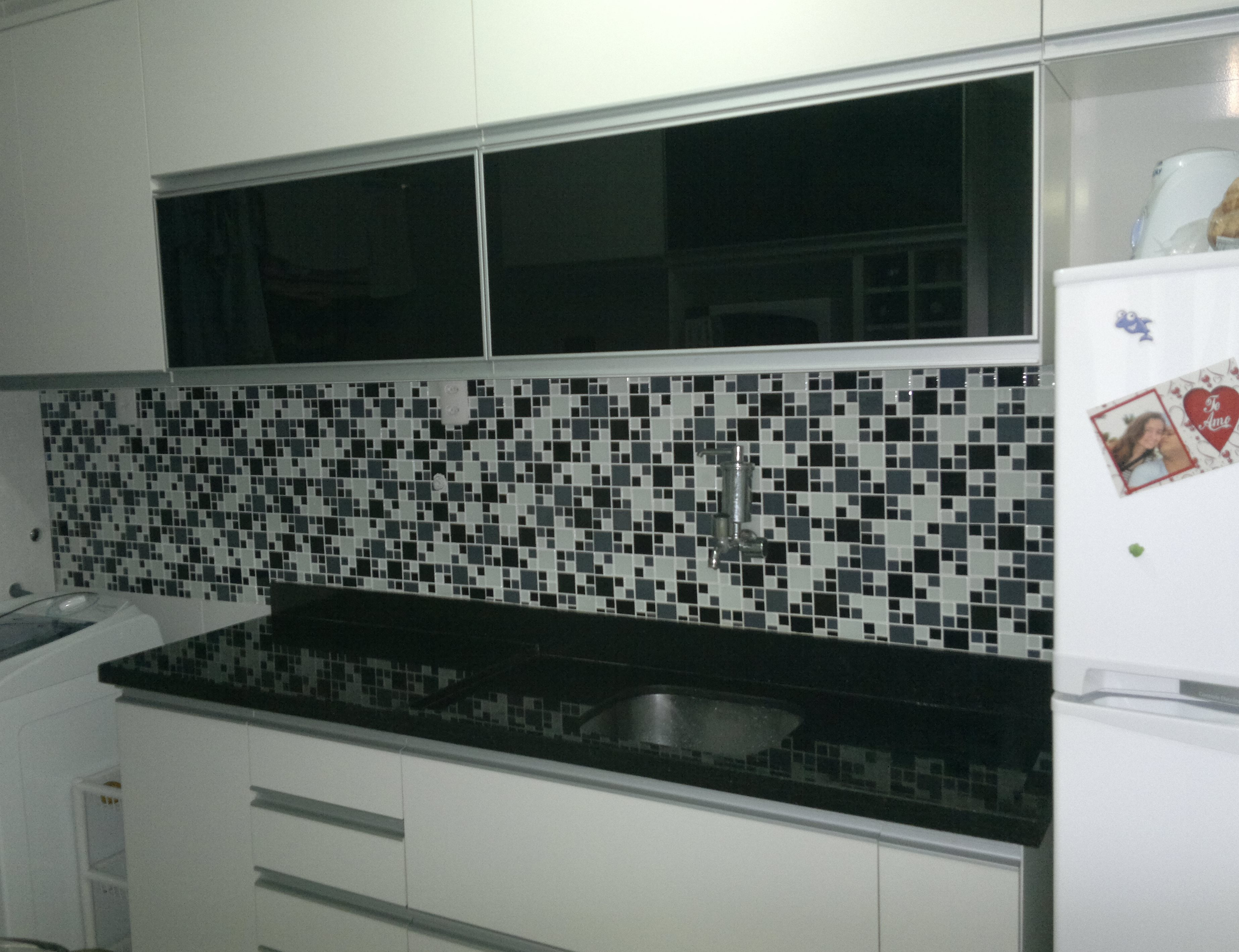 Fonte da foto: www.myhomeideas.com Cozinha com Pastilhas de Vidro #884644 3692x2838 Bancada Banheiro Vermelha