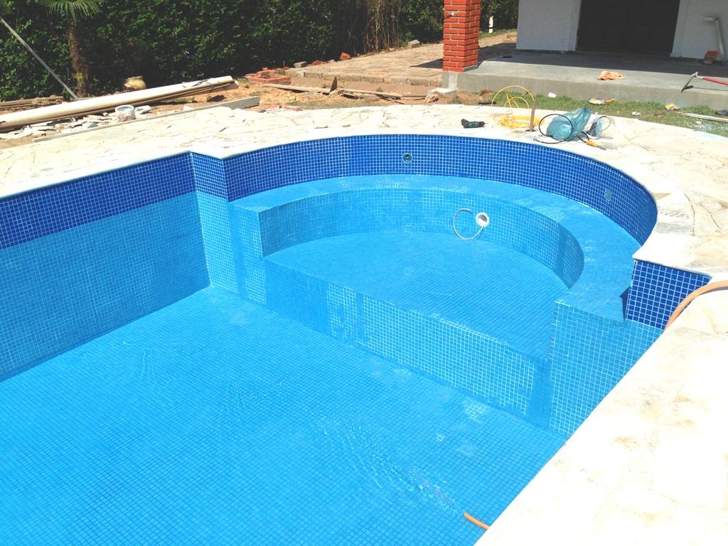 Piscina com Pastilhas de Vidro Pigmentado Azul #068CC5 1024x768 Banheiro Com Pastilhas De Vidro Azul