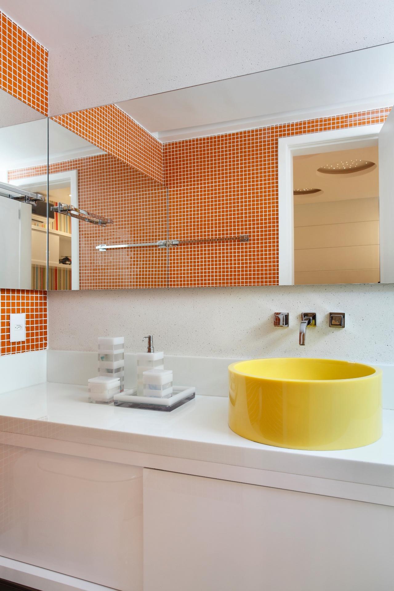 Aqui o conceito é a mistura da cor primária Amarela com sua análoga  #BD4C0D 1280x1920 Banheiro Amarelo E Cinza