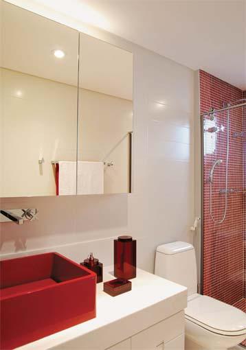 Banheiro em Vermelho e Branco