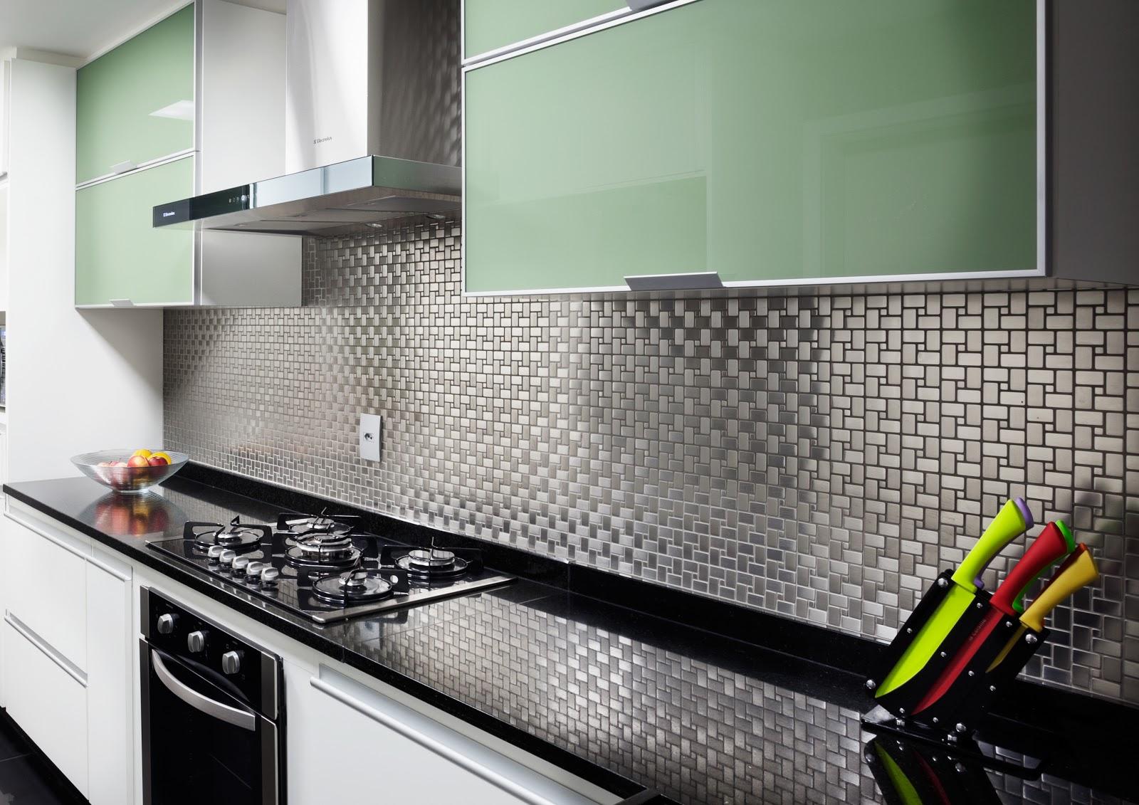 Cozinha com pastilhas de Inox espelhadas. Fonte.