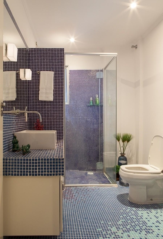 Banheiro revestido inteiramente com pastilhas. A escolha pelo azul é uma boa ideia. Fonte.
