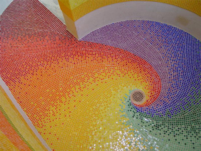 Piso de pastilhas formando mosaico. Totalmente manual, mas o resultado é incrível. Fonte.