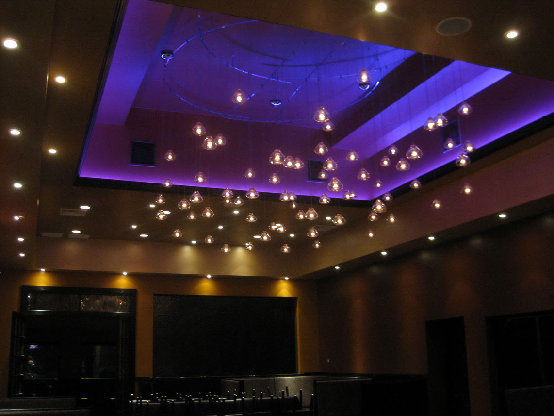 Lâmpadas de LED complementando o detalhe do gesso do teto. Fonte.