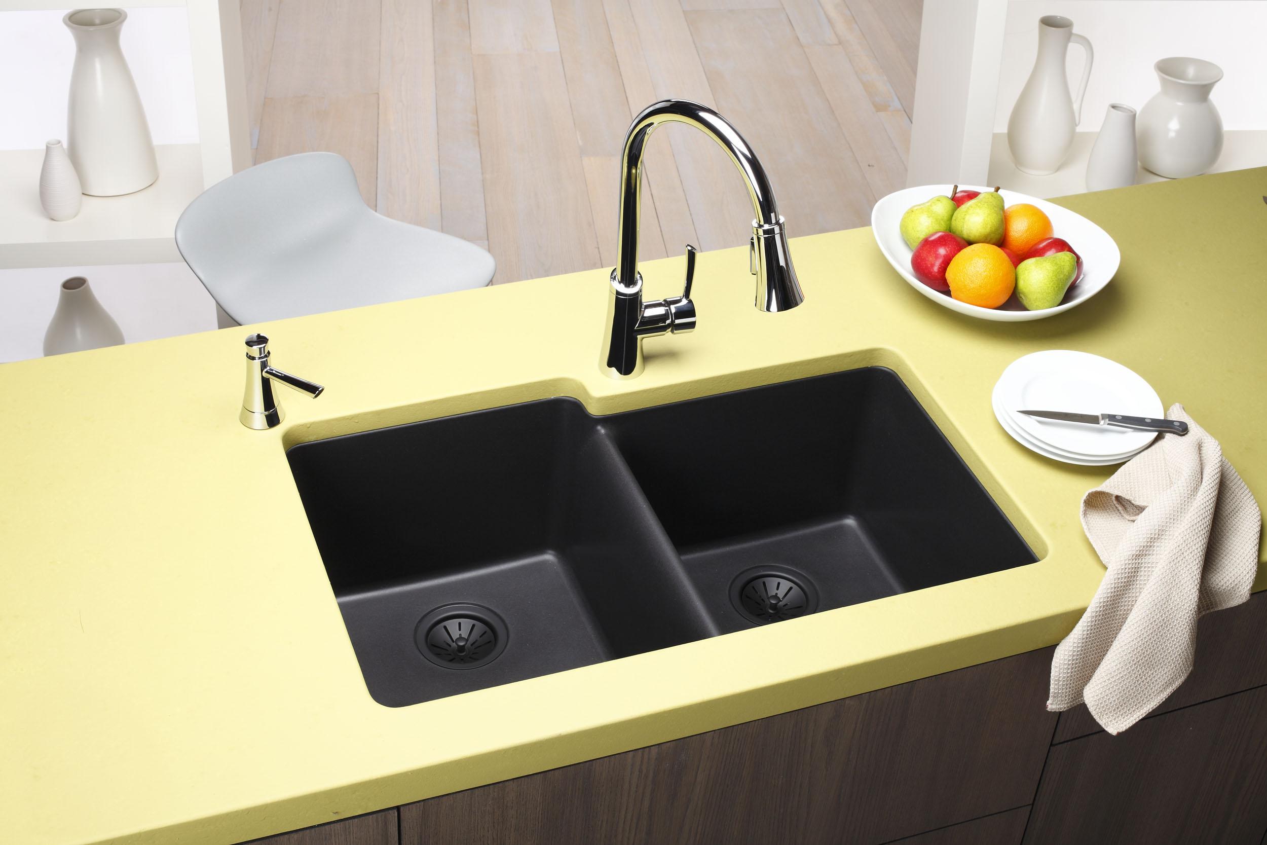Torneira Gourmet com monocomando instalada na bancada. Projeto com cores em harmonia. Fonte.