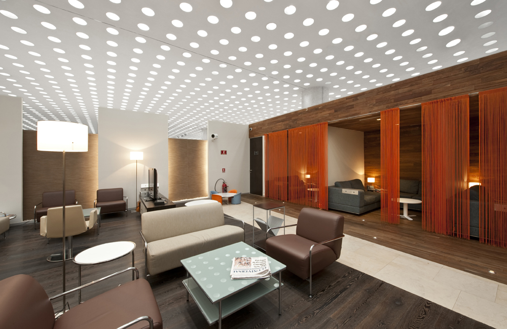 Ambiente com painéis de LED por todo o teto. Podem ser encontrados na Casinha Bonita. Fonte.