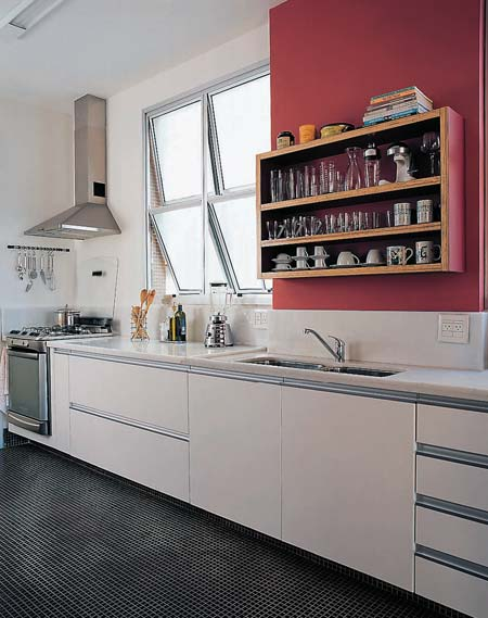 Cozinha com piso revestido com pastilhas pretas com rejunte branco. Os dois podem ser encontrados na Casinha Bonita. Fonte.