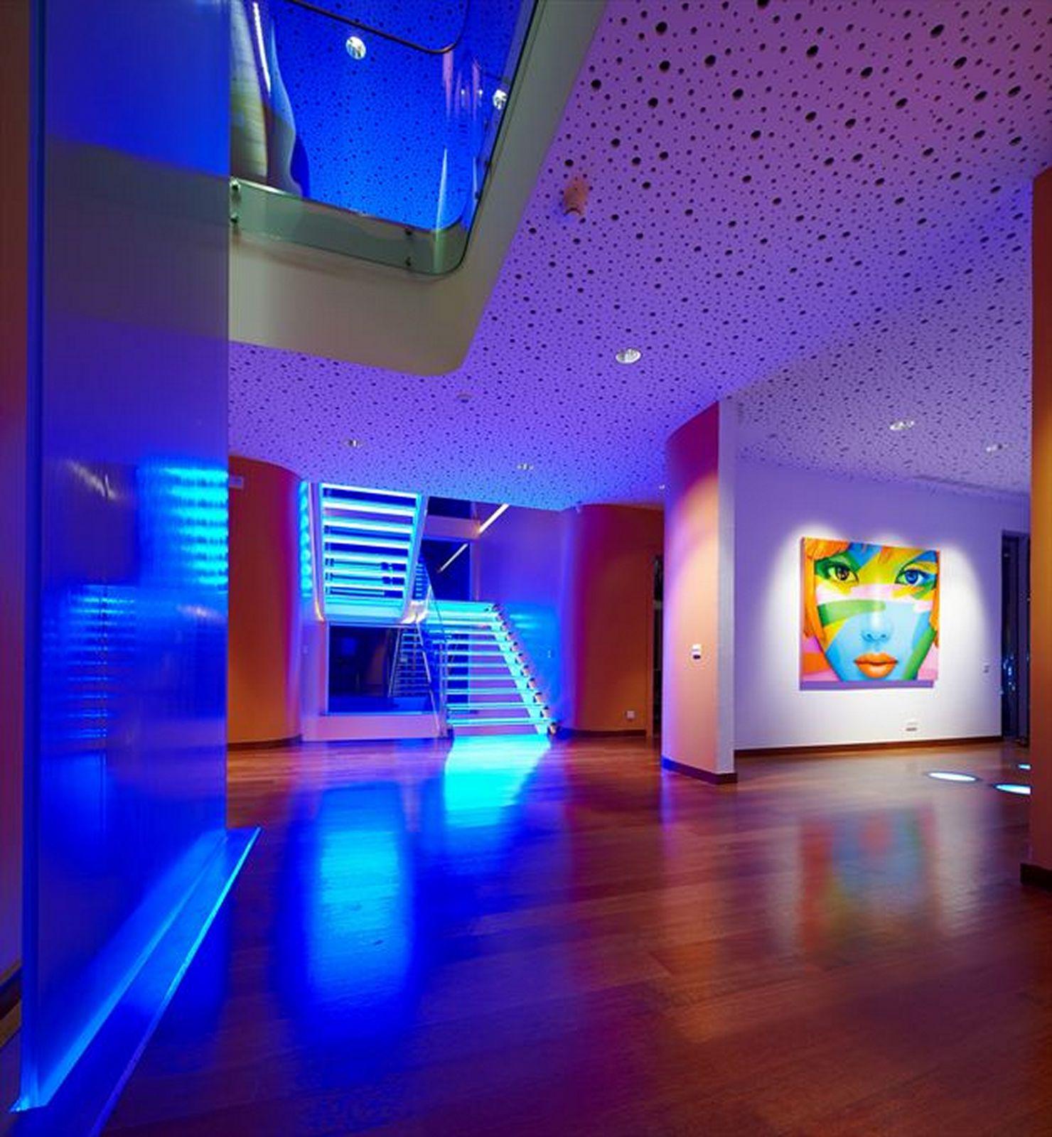 Ambiente todo composto com lâmpadas de LED. Destacamos a escada, que possui LEDs azuis. Maravilhoso! Fonte.